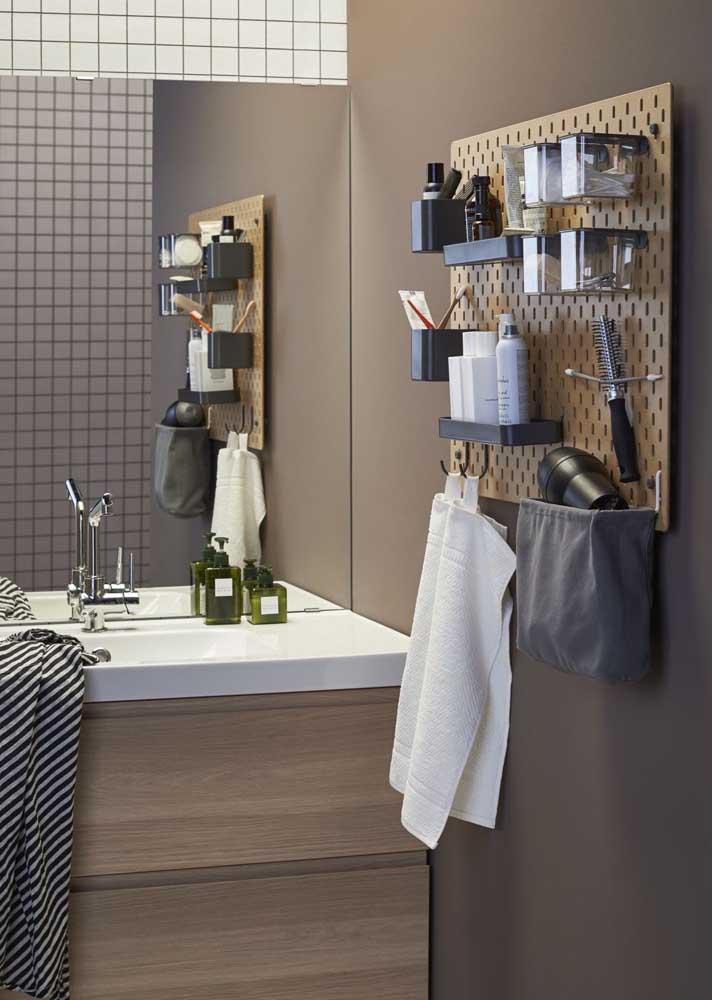 Olha que dica de decoração simples e funcional! Um pegboard para organizar os itens do dia a dia