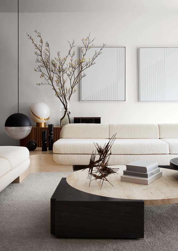 Dica de decoração para quem deseja uma casa clean e elegante: cores claras realçadas pelos detalhes em preto