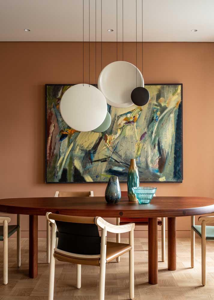 Aqui, o quadro, as luminárias e os vasos formam um conjunto completo