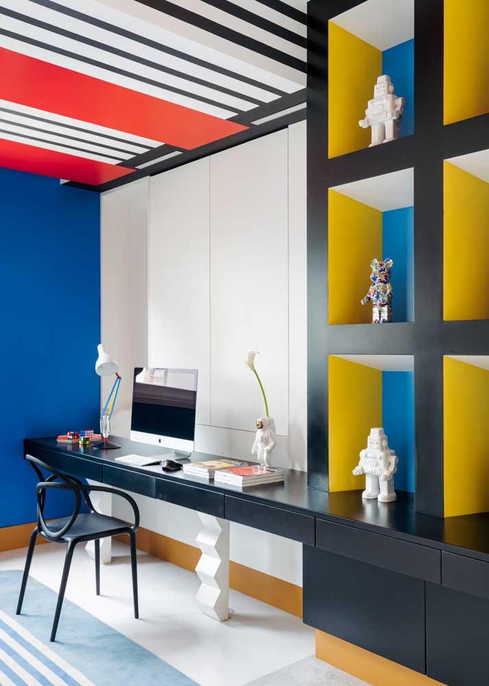 Blocos de cores primárias na decoração do quarto jovem