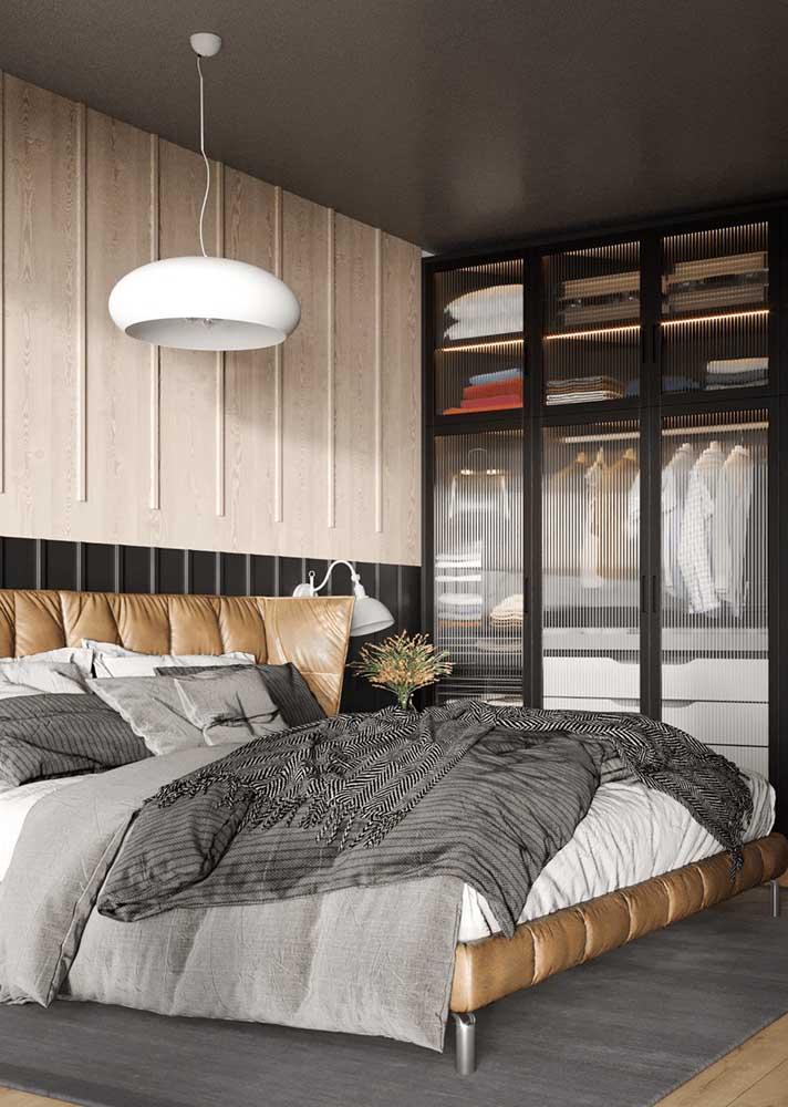 Móveis planejados para quarto de casal com guarda roupa de vidro