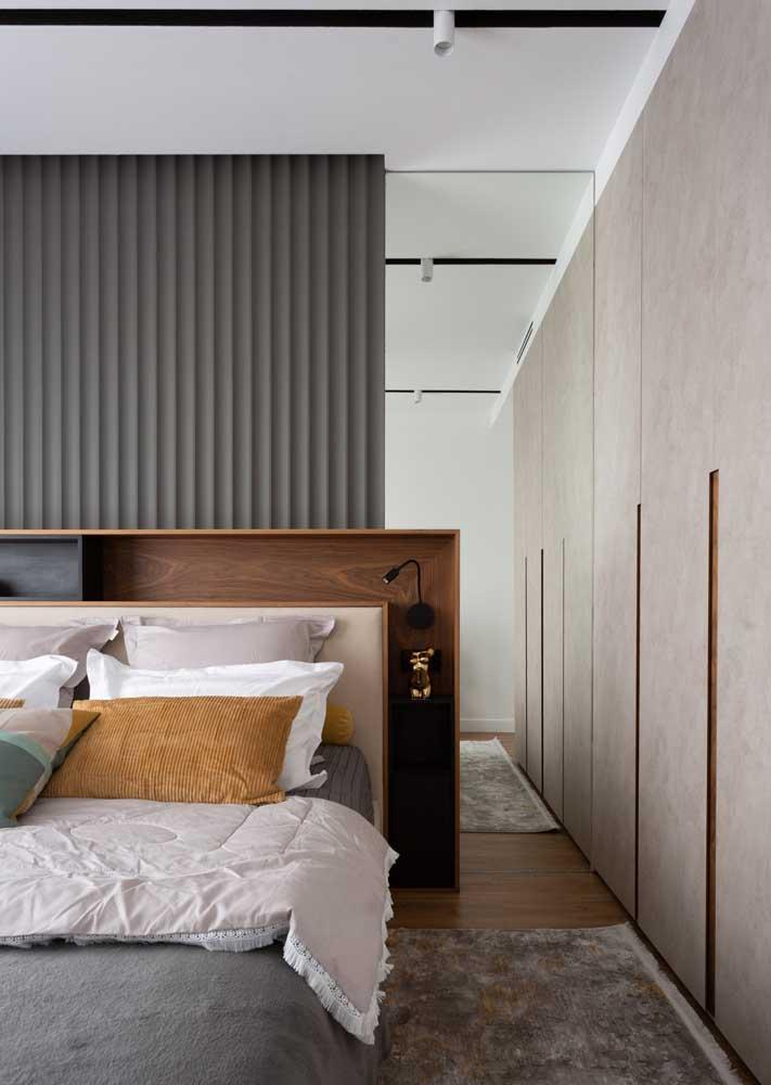 Espelhos para ajudar a ampliar o quarto pequeno com móveis planejados