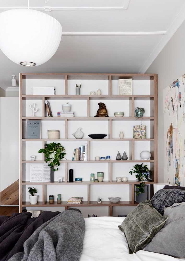 Aproveite o espaço vertical da parede para uma estante planejada