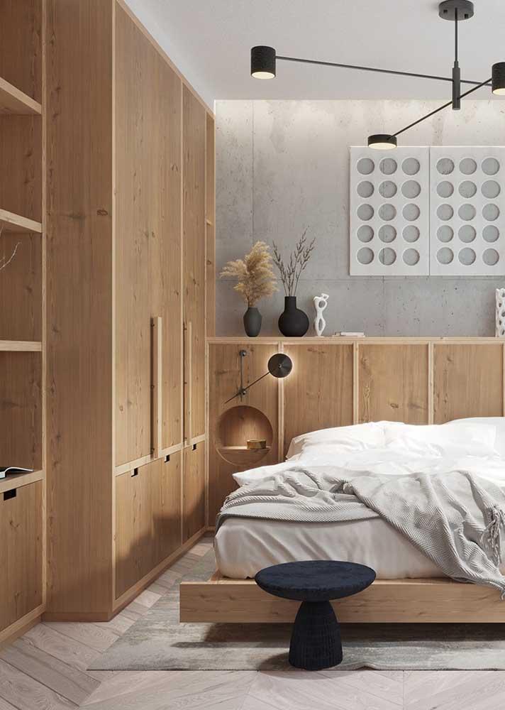 Móveis planejados para quarto de casal em tons de madeira clara