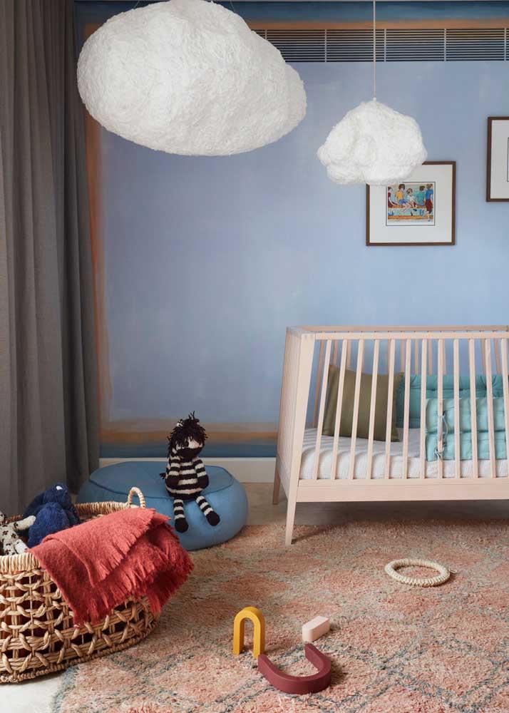 Móveis planejados para quarto de bebê com berço moderno e área livre