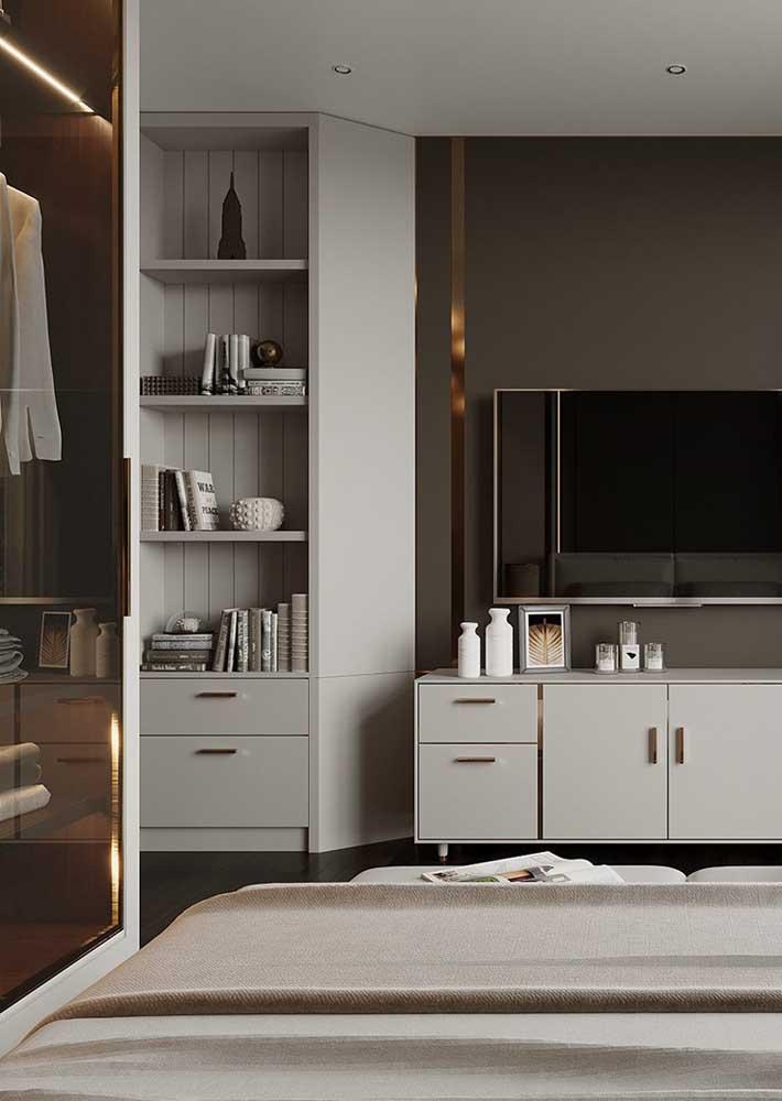 Móveis planejados para quarto de casal que incluem armário, nichos e rack
