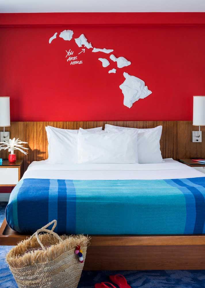 Conjunto harmônico entre cama, mesinhas e cabeceira