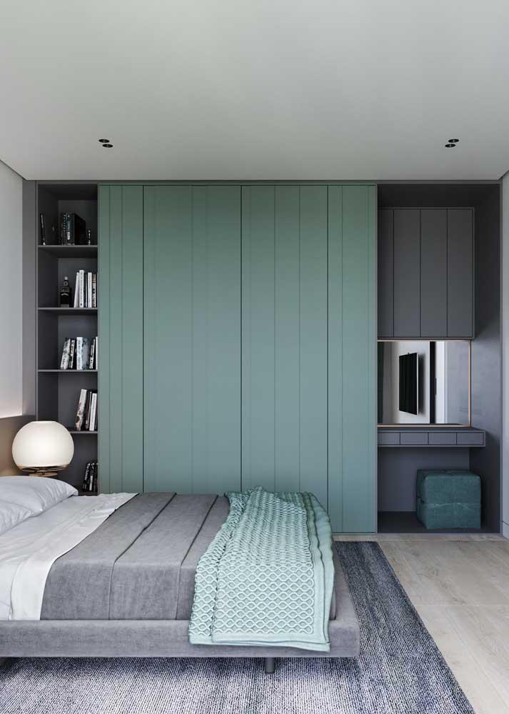 A porta de correr é moderna e economiza espaço no quarto pequeno planejado