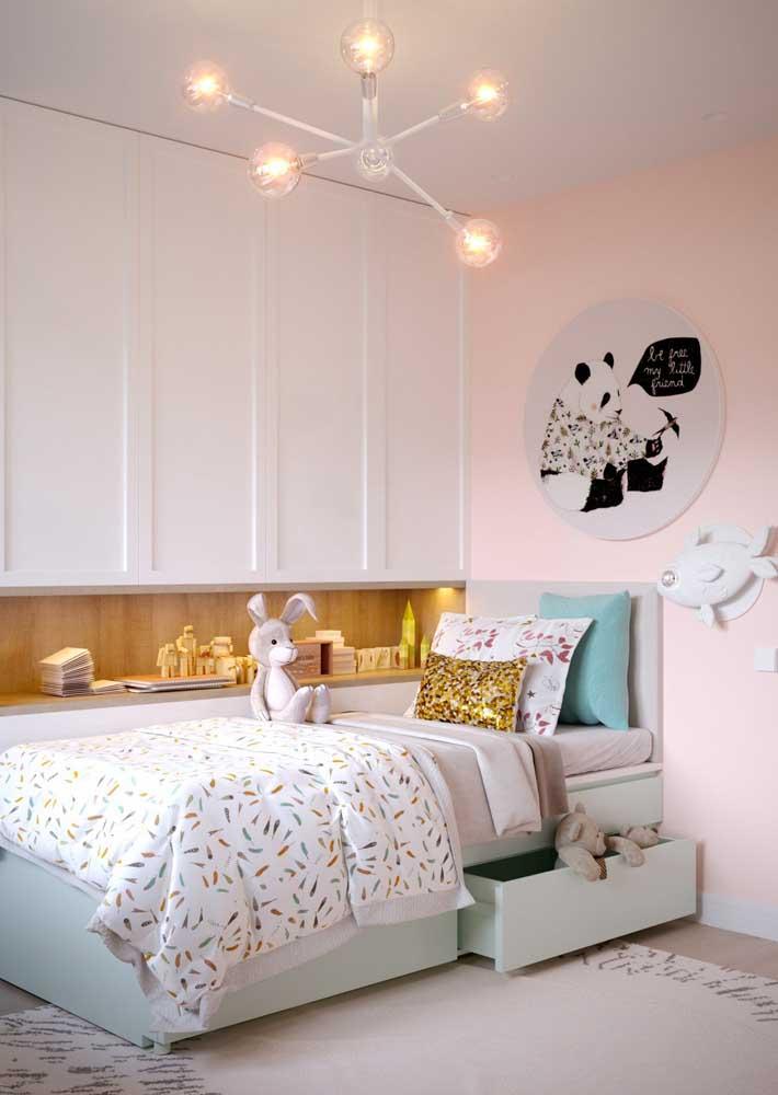 Móveis planejados para quarto infantil com espaços extras de armazenamento embaixo da cama