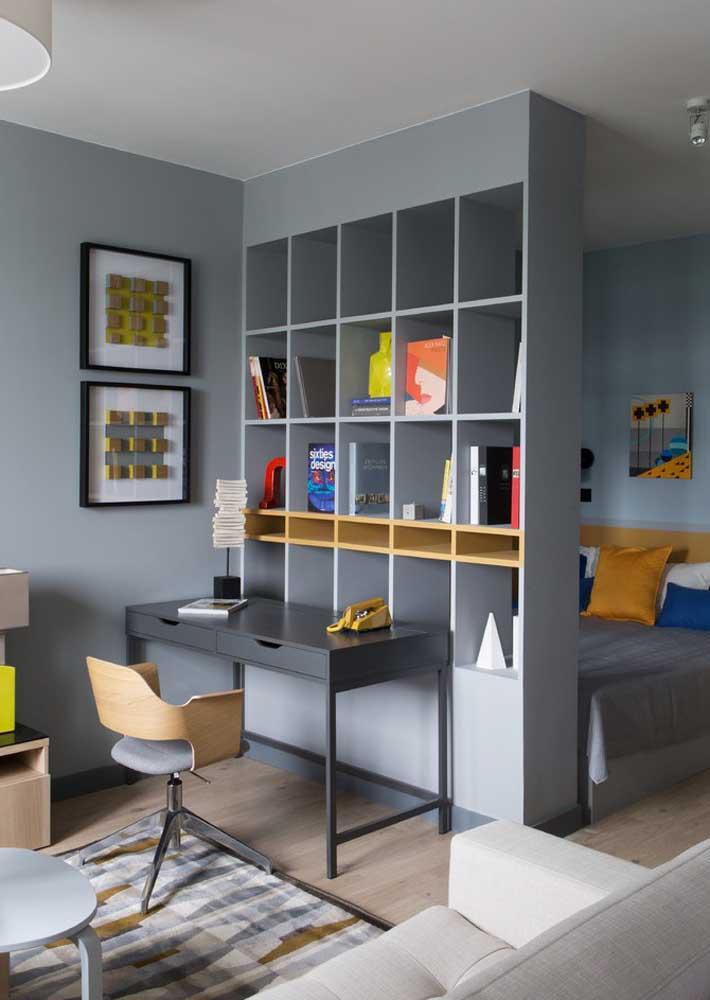 Já aqui, a ideia foi usar uma estante planejada para delimitar o espaço do quarto infantil