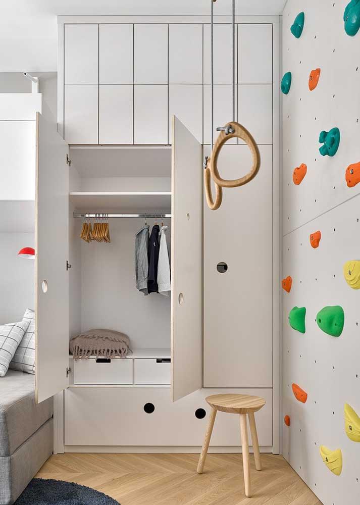 Guarda roupa planejado infantil embutido na parede com um espaço enorme de armazenamento